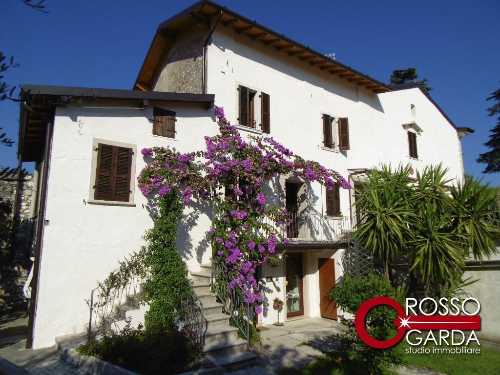 Affascinante Casale con corte privata e giardino in pieno centro in vendita a Toscolano Maderno
