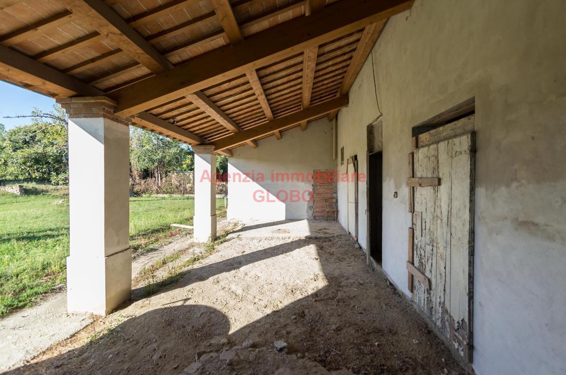Vendita di una porzione di bifamiliare a Cesena, con tre camere da letto, ampia zona giorno, due bagni e giardino