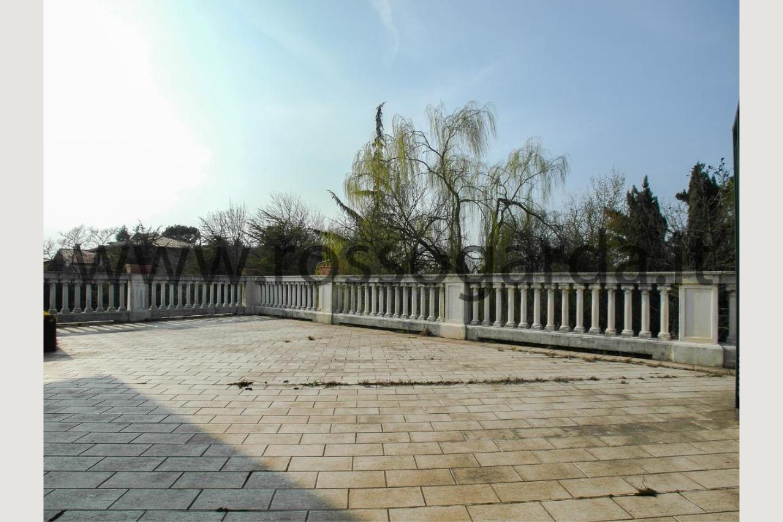 Terrazza con vista villa con piscina a Pozzolengo
