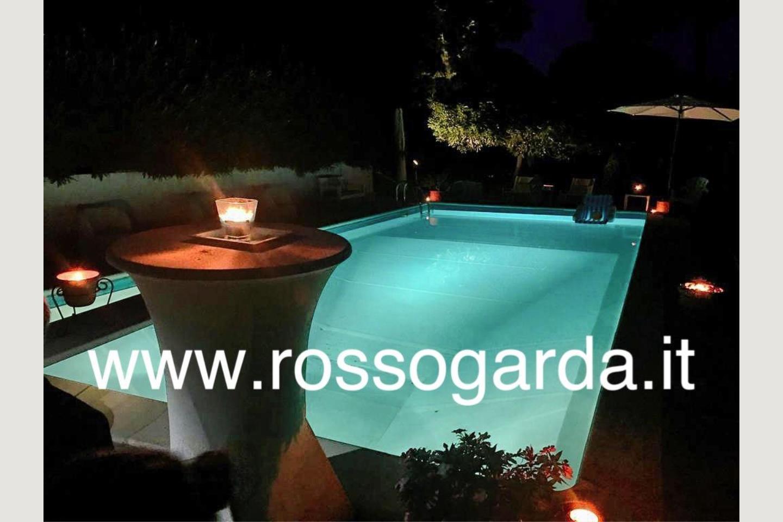 Piscina illuminata villa vista panoramica Soiano