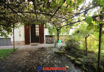 Villa singola con mansarda, taverna e box doppio