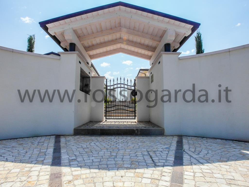 In SIGNORILE CASALE CON PISCINA Nuovo Appartamento con giardino privato in vendita a Desenzano del Garda