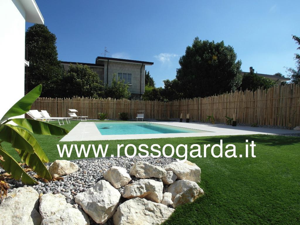 Residence di 4 appartamenti con Piscina e Vista Lago in Vendita a Desenzano ideale B&B o affitti brevi.