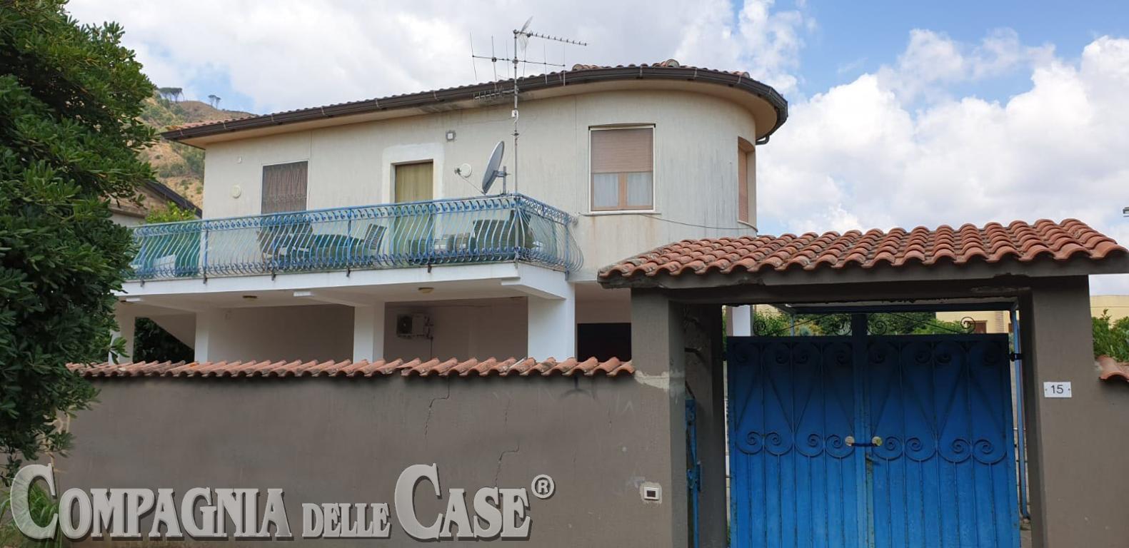 Copanello Lido, villa autonoma  con giardino e portico a pochi passi dal mare