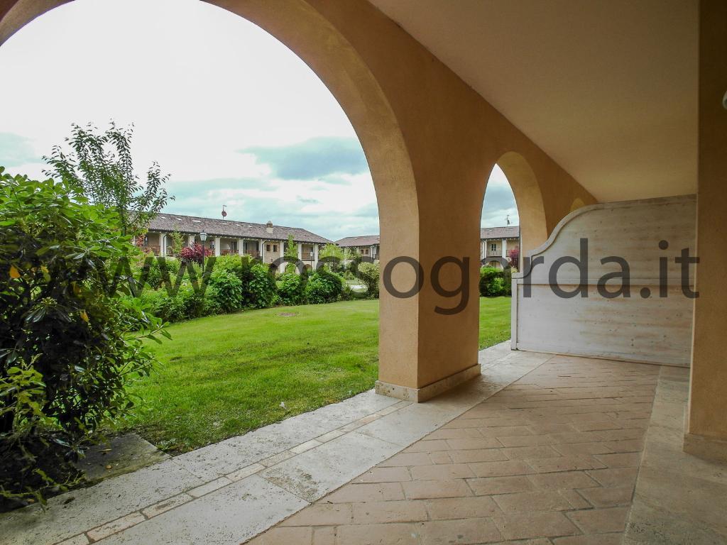 Grande monolocale con bellissimo loggiato e giardino ad uso esclusivo in vendita nel golf vicino a Desenzano del Garda