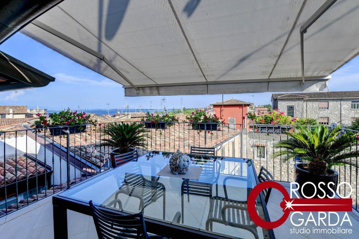 Prestigioso appartamento Attico con terrazza vista lago in vendita nel cuore storico di Desenzano del Garda