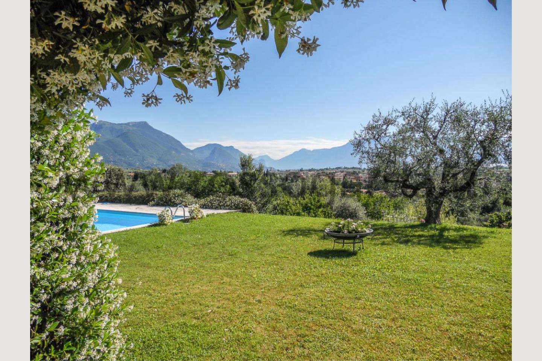 Villa vista lago San Felice vendita giardino