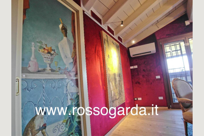 porta dipinta a mano Attico vista lago Desenzano