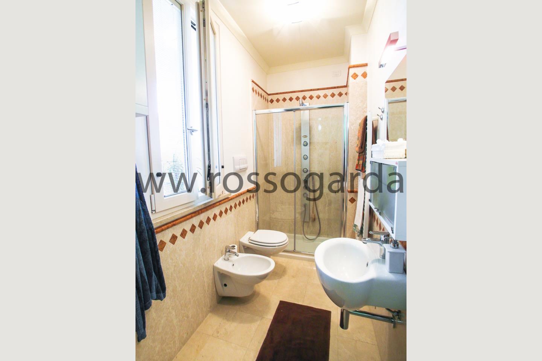 Bagno con doccia di attico in vendita a Desenzano