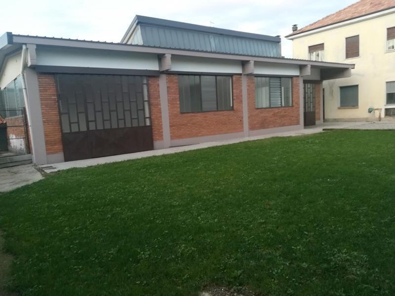 Villa con capannone ed area esterna