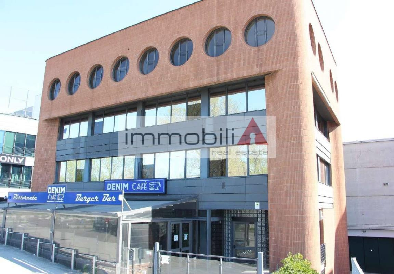 Cernusco sul Naviglio, sulla SP 121 locale commerciale più deposito.