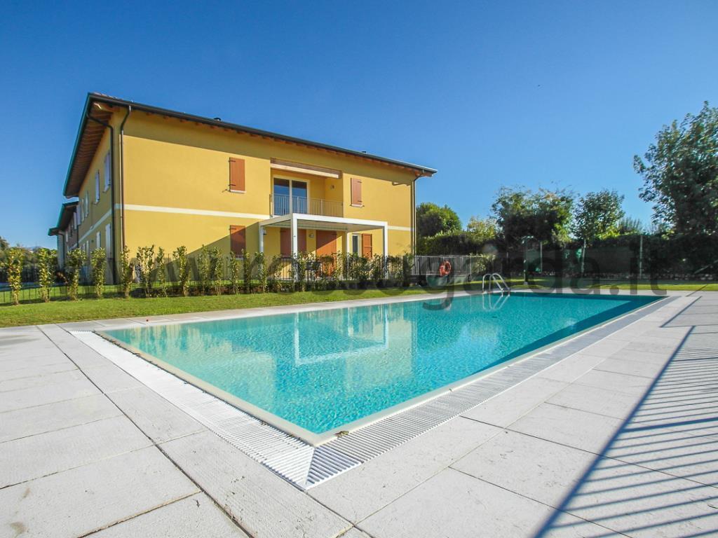 Appartamento Trilocale TRAVI A VISTA in classe B in CASALE RISTRUTTURATO con piscina in vendita a Desenzano del Garda