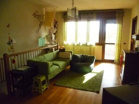 Vendita di un appartamento in buono stato a Cesena, con due camere da letto, due bagni, cucina abitabile, giardino, garage e balcone