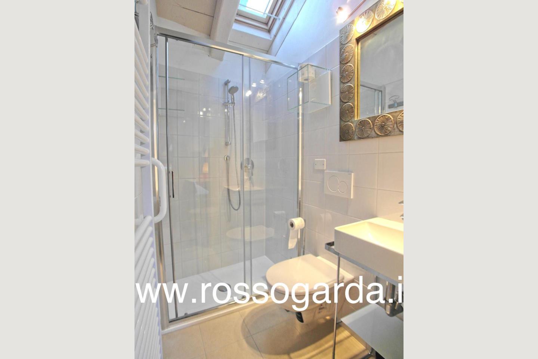 Attico vista lago Desenzano vendita bagno 1