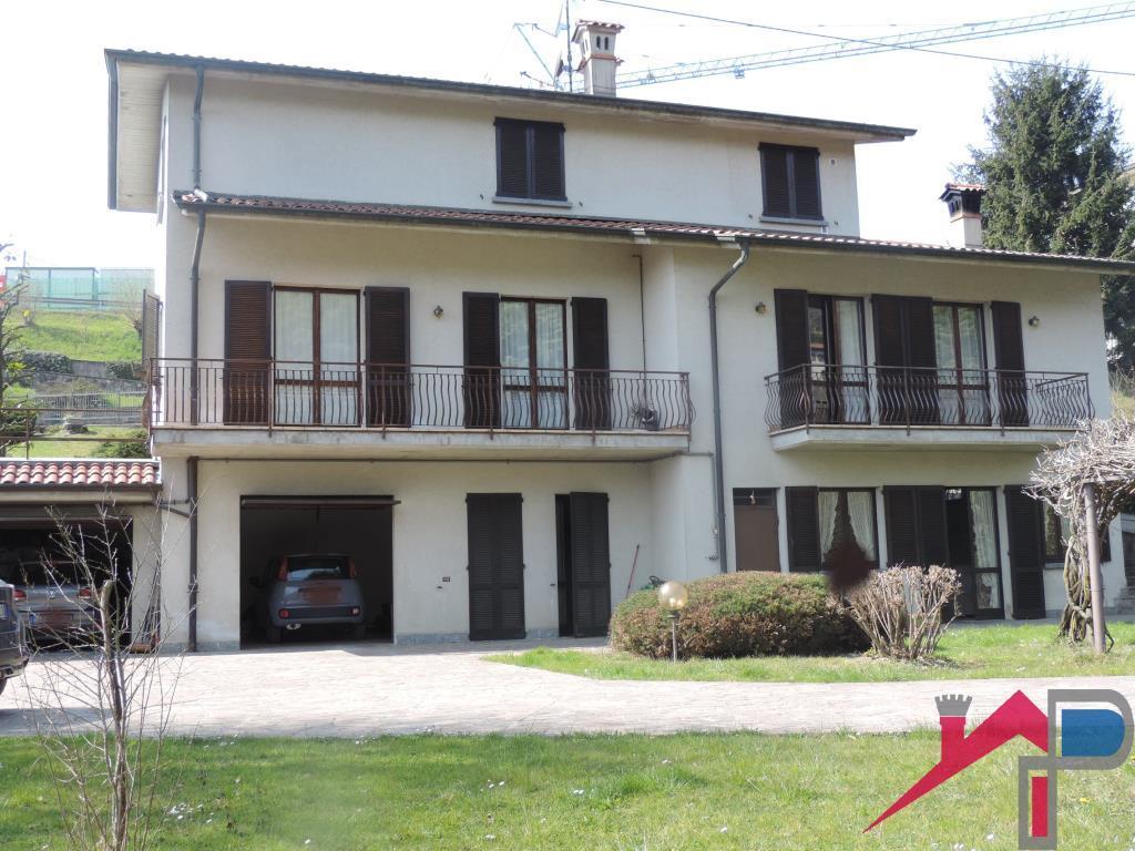 Villa con 2 appartamenti e terreno di Mq.6500